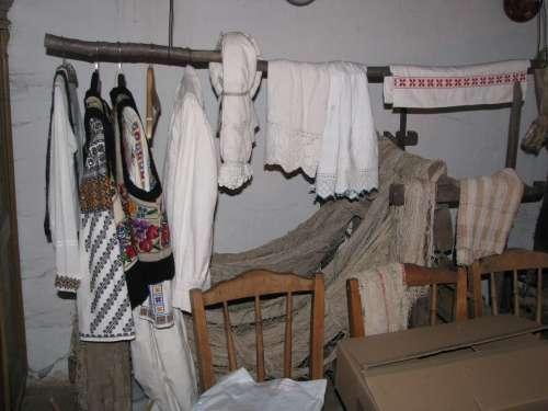 Ruda de haine din camera dinspre ogradă