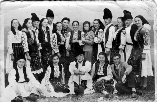 Maria Turbuţ cu echipa de dansuri